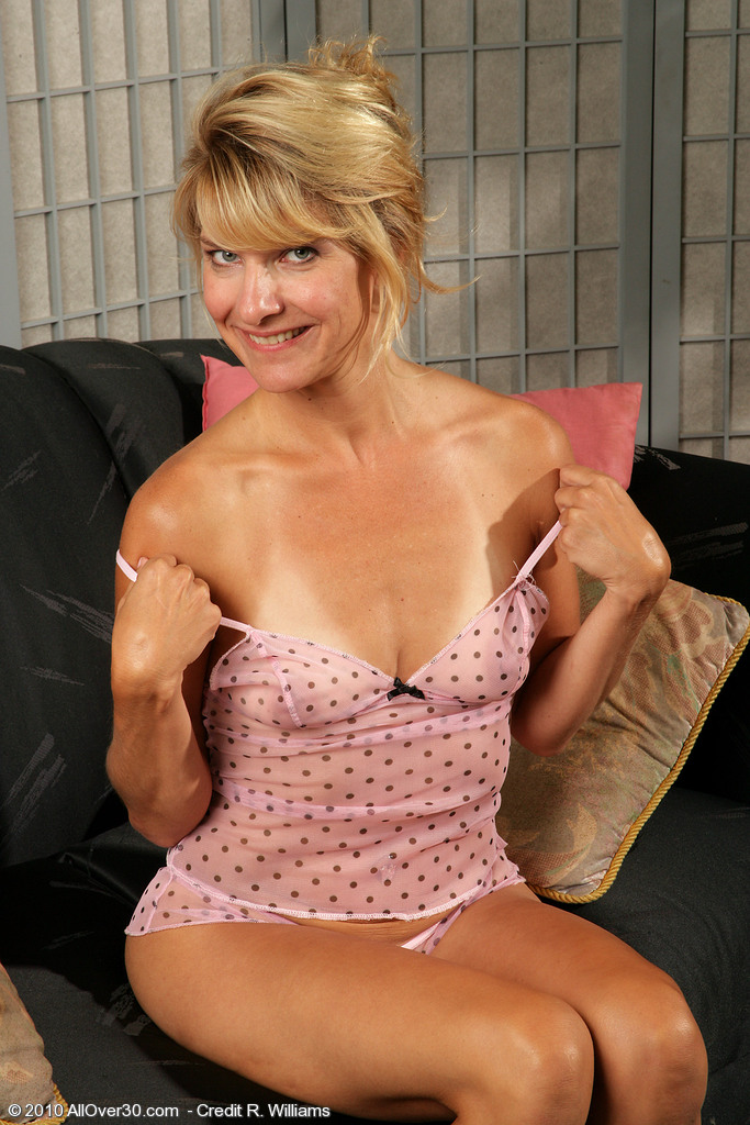 38 year old amateur milf emily marshall masturbates 3