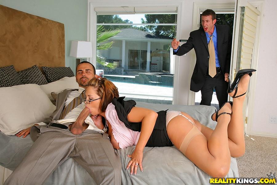 Телкой жена мужа с застукала смотреть секс