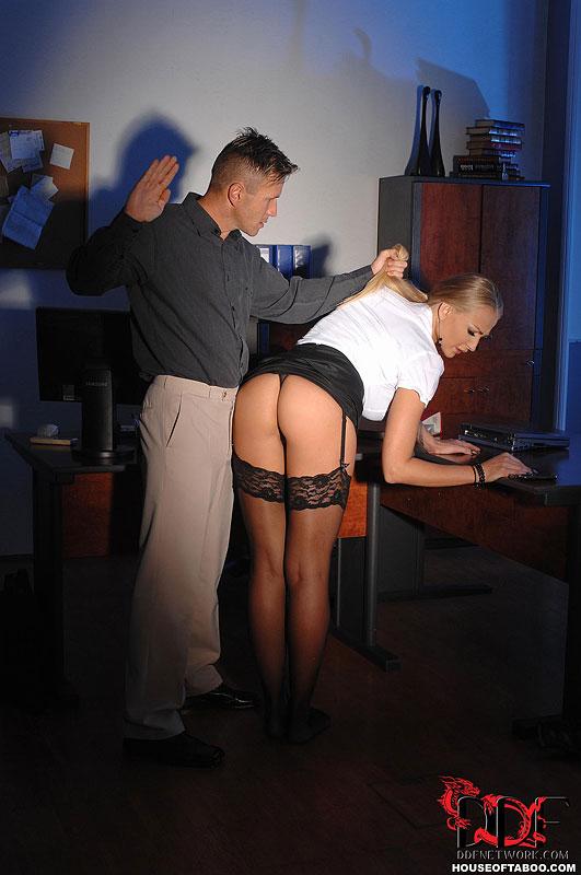 шеф наказал свою подопечную вонял поводу