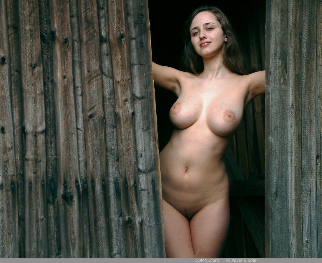 женщины топлес в деревне - 13