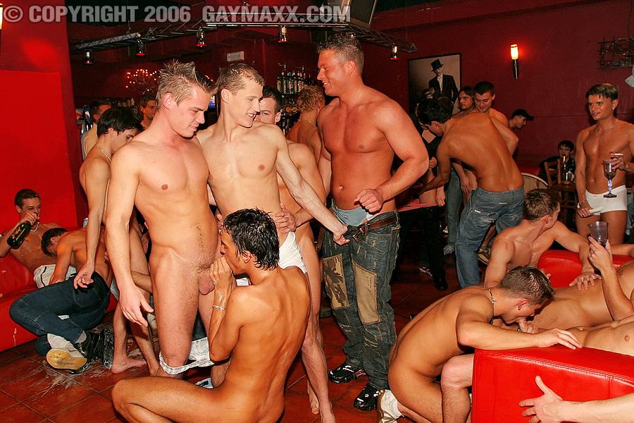 Публичная пьяная вечеринка в ночном клубе.