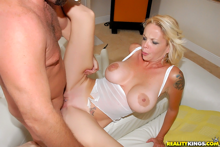British milf masturbates alone video-7523