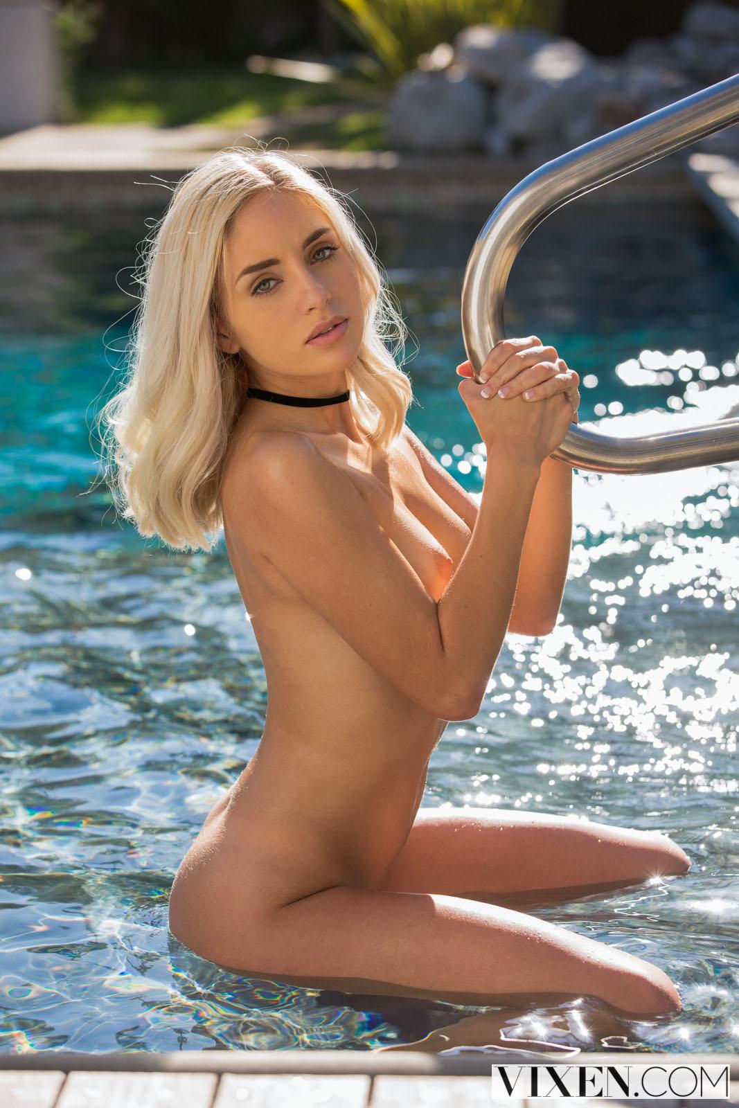 Skinny blonde beauty Naomi Woods spreads her pussy open ...